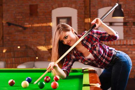 Jouez et le concept amusant. Jeune fille heureuse d'avoir du plaisir avec billard. Sourire femme à la mode en jouant passer du temps sur les loisirs.
