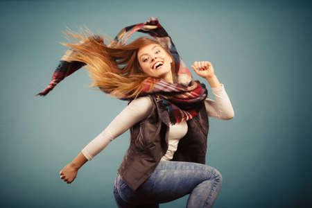 Herfst outfit concept. Vrolijk vrouw met warme herfstkleding met plezier, springen en dansen Stockfoto