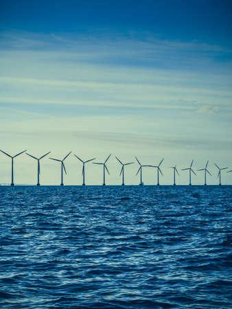 デンマークの近く海岸バルト海に沿って持続可能な代替エネルギーの生産は、タービン発電機の風力。エコ、エコ。