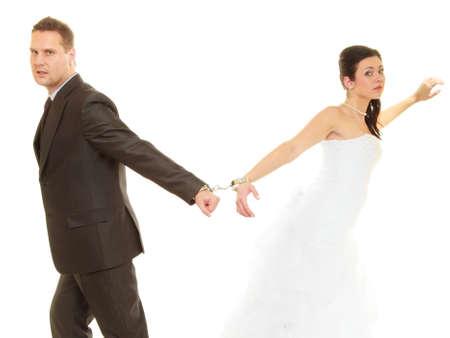 몇 가지 문제, 영원히 개념을 사랑 해요. 신부와 신랑 결혼식 옷을 입고 수갑 스톡 콘텐츠