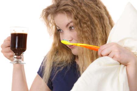 ブラックのコーヒーを保持している面白い女性と歯ブラシが遅刻。朝のエネルギーを得て、仕事に行く前に急いでください。 写真素材