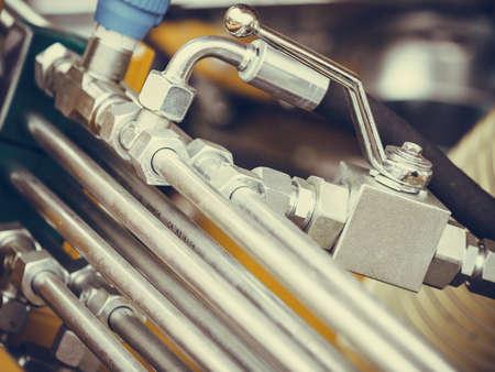 Landbouw apparatuur concept. Industriële gedetailleerde pneumatische, hydraulische machines gemaakt van staal close-up