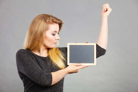 Zweet poblem, biceps spieren concept. Vrouw die lege zwarte raad houdt onder oksel Stockfoto - 90912039