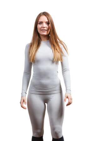 피트 니스 슬림 여자, 뜨거운 회색 스포츠 thermolinen 속옷, 긴 소매 정상 및 레깅스를 입고 스포티 한 여자에 맞게. 화이트 절연