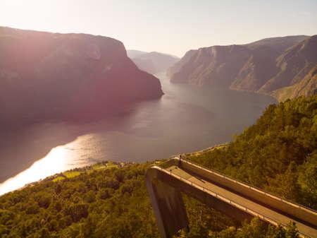 Luftaufnahme. Touristische Frau mit Fjordblick Aurlandsfjord-Landschaft vom Aussichtspunkt Stegastein. Norwegen Skandinavien. Nationale Touristenroute Aurlandsfjellet.