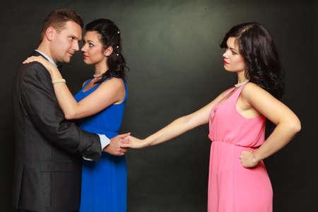 Concepto de triángulo amoroso. Hombre engañando a su esposa, mirando y tocando a otra mujer, eligiendo entre dos damas.