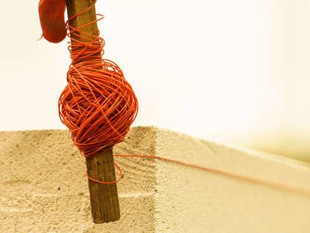 Koordnet op houten stok. Hulpmiddel om u te helpen bij het instellen van rechte afstanden, waterpas. Stockfoto