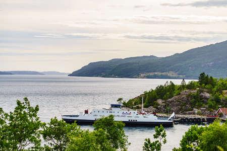 JOSENFJORD, NORWAY - JUNE 22, 2018: The ferry transported cars from Hjelmeland to Nesvik on tourist route Ryfylke Rv13, on June 22, 2018, Norway 新聞圖片