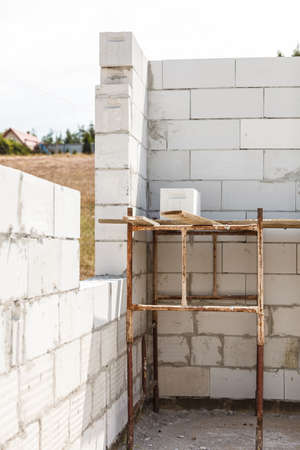 Details of house home construction site. Provisional walls made of grey blocks. 版權商用圖片