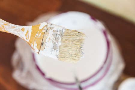 Home renovation, walls color change, diy concept. White paint with essentials equipment. Banque d'images - 120064238