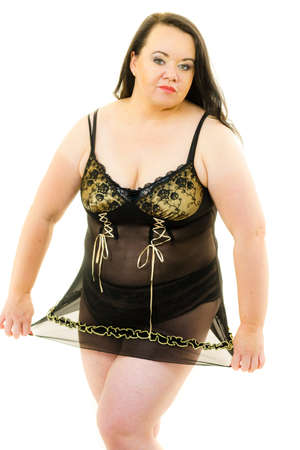 Mujer adulta con ropa interior sensual túnica negra ropa de dormir de satén. Modelo femenino de talla grande.