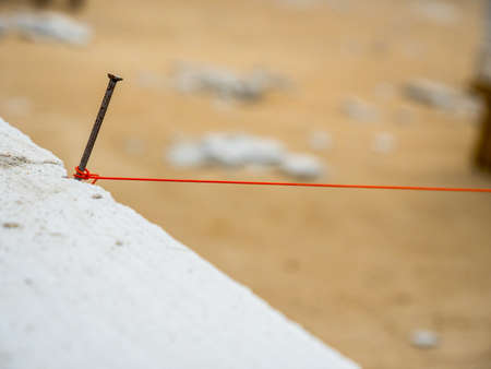 String being used as level in the construction of wall. Bricklayer Stockfoto