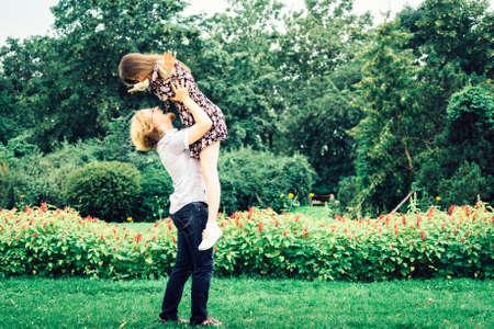 Heureux couple d'adolescents joyeux s'amusant en plein air dans un parc verdoyant pendant le beau temps d'été.