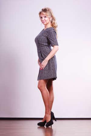 Stil, Mode für Damenkonzept. Elegante Frau mit Kleid. Attraktive reife Dame mit hohen Absätzen.