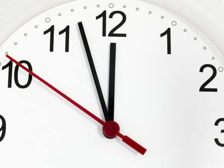 Weiße Uhr der Nahaufnahme, die zwölf Stunden zeigt. Zeit-Konzept.