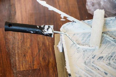 Rénovation de la maison, changement de couleur des murs, concept de bricolage. Peinture blanche avec équipement essentiel.