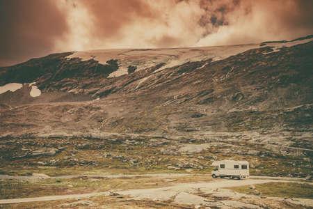 ノルウェーの山々のキャンピングカー。自然の上でキャンプ。旅行、休日や冒険の概念。