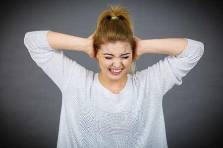 Nieszczęśliwa kobieta krzyczy i krzyczy z bólu. Złe, negatywne wyrażenia ludzkiej twarzy, koncepcja gestów.