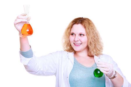 Mujer química, estudiante, asistente de laboratorio o investigadora científica con matraz de prueba de cristalería química. Experimento, investigación en curso, aislado en blanco
