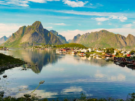 Scenic fjord landscape with Reine village, coast nature with sharp high mountain peaks, Lofoten islands North Norway. Travel destination. Stockfoto