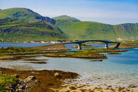 Norwegian scenic landscape on Lofoten archipelago. Road and bridge connecting the islands over the sea. National tourist route 10 Norway. Stockfoto