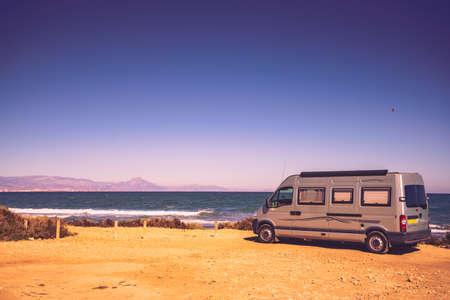 Wohnmobil Wohnmobil an der Mittelmeerküste in Spanien. Camping am Naturstrand. Urlaub und Reisen im Wohnmobil.