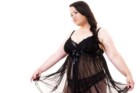 Grosse femme de taille plus portant une nuisette de lingerie en dentelle noire. Surpoids surdimensionné modèle obèse potelé surdimensionné en sous-vêtements sur blanc