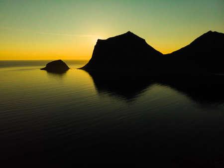 Coast of Vestvagoy island, Uttakleiv location. Seascape with scenic rocky shoreline and high mountains. Lofoten archipelago Northern Norway, Europe. Standard-Bild