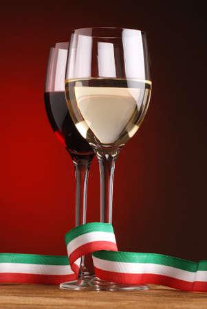 italian flag: vino bianco e vino rosso con bandiera italiana