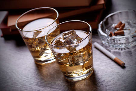 whiskey with ice in glasses photographed against the light 版權商用圖片