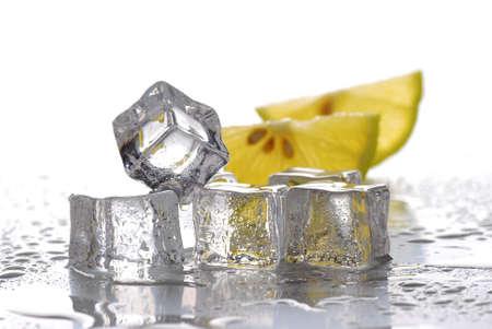 cubetti di ghiaccio: cubetti di ghiaccio e fettine di limone con sfondo bianco