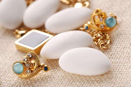 collares: jordan las almendras y las joyas de oro sobre la mesa Foto de archivo