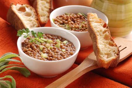 lenteja: sopa de lentejas en un taz�n blanco