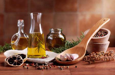 aceite de oliva: aceite de oliva aromatizado con especias y otros ingredientes Foto de archivo