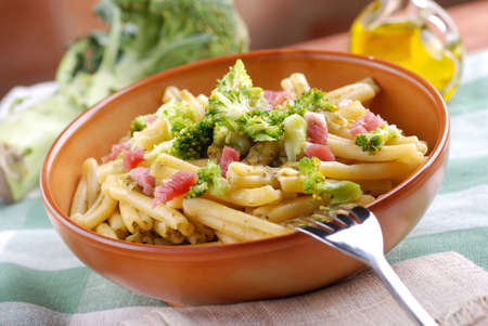 İtalyan mutfağı: pasta with broccoli and bacon, Italian cuisine Stok Fotoğraf
