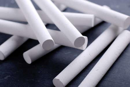 white chalks: tizas de color blanco en la pizarra