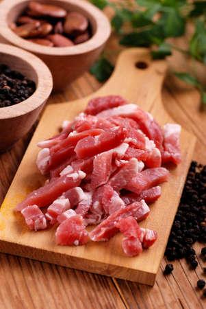 pancetta cubetti: pancetta di maiale sul tagliere, tagliate a cubetti