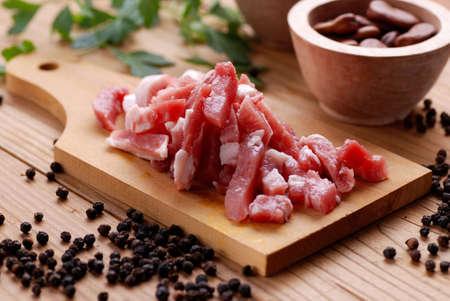 pancetta cubetti: pancetta di maiale sul tagliere, tagliare a dadini