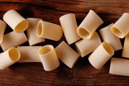 napoletana: Paccheri crudo sulla tavola di legno, la pasta tradizionale napoletana