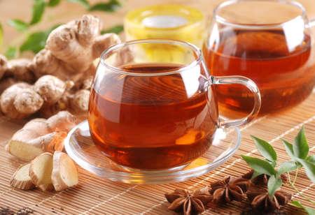 Gember thee in glazen beker met ingrediënten rond Stockfoto - 32425174