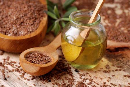 etherische olie van lijnzaad in de kleine glazen fles