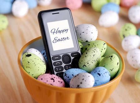 huevos de pascua: saludos de Pascua con el tel�fono m�vil Foto de archivo