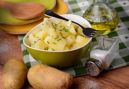 cebollin: ensalada de patata y cebollino en un taz�n verde