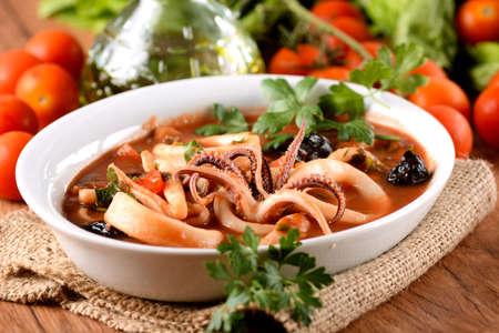 salsa de tomate: sopa de calamar con tomate y aceitunas negras en el tazón