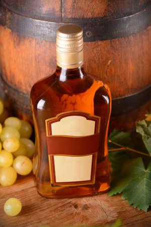 bottle liquor: botella de licor en la mesa de madera