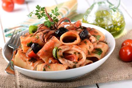 pasta: pasta con calamares con tomate y aceitunas negras