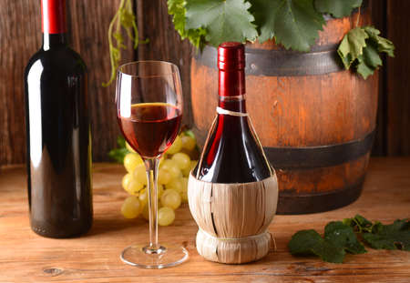 Italian red wine with cask on wood table Standard-Bild