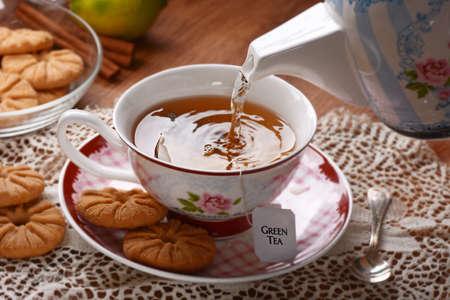 tazza di th�: versare l'acqua calda nella tazza con la bustina di t�