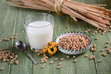 leche de soya: leche de soja en el vaso con las semillas en el cuenco
