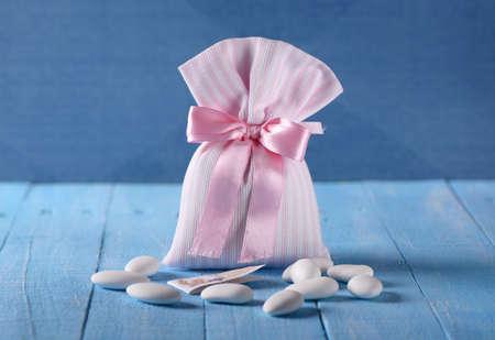 Zuckermandeln für die Taufe auf dem blauen Tisch Standard-Bild